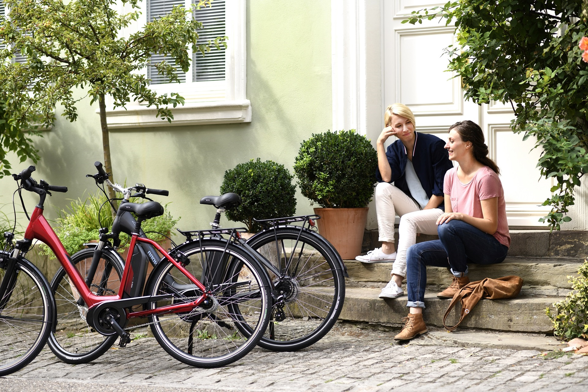 two girlfriends sitting with their Winora bycicles
